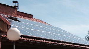 Placas fotovoltaicas en tejado edificio Agustinas Misioneras