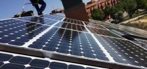 Instalación placas fotovoltáicas en tejado edificio