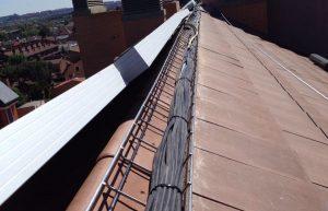 Instalación cableado placas fotovoltáicas en tejado edificio
