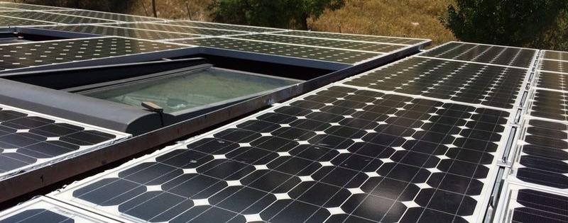 Instalación placas fotovoltáicas en tejado edificio respetando ventanas
