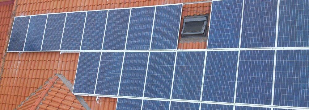 Instalación placas en tejado edificio respetando ventanas