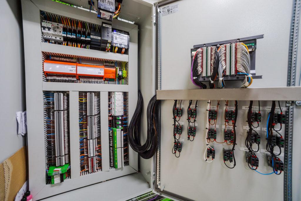 Cuadro y conexiones de sistema telegestionado de climatización